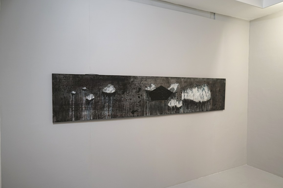 »Das Andere« 2019, Acryl, Lack auf Tapeziertisch, 60 x 300 cm