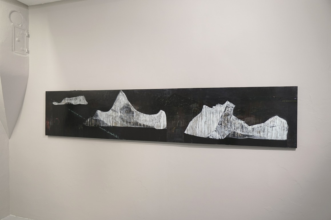 »Schuldfrage« 2019, Acryl, Lack auf Tapeziertisch, 60 x 300 cm
