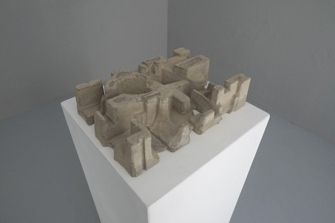Paul Ahl / Umverpackung 107, 2019, Beton, Pigment, 37 × 25,5 × 9 cm