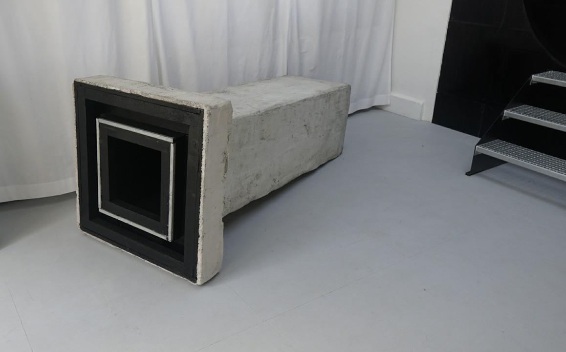 absorb   2019 Beton, Holz, Lack, Armierung, 89 × 89 × 205 cm