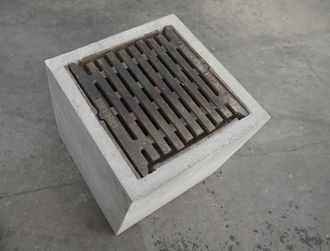 Kanalwürfel   2021 Beton, Kanalgitter, 60 × 60 × 60 cm