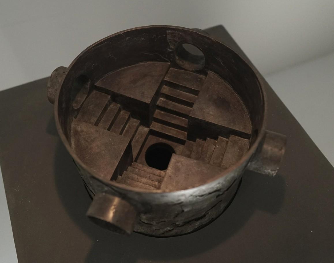 Tunnel   2021 Bronze, 18 × 32 × 32 cm