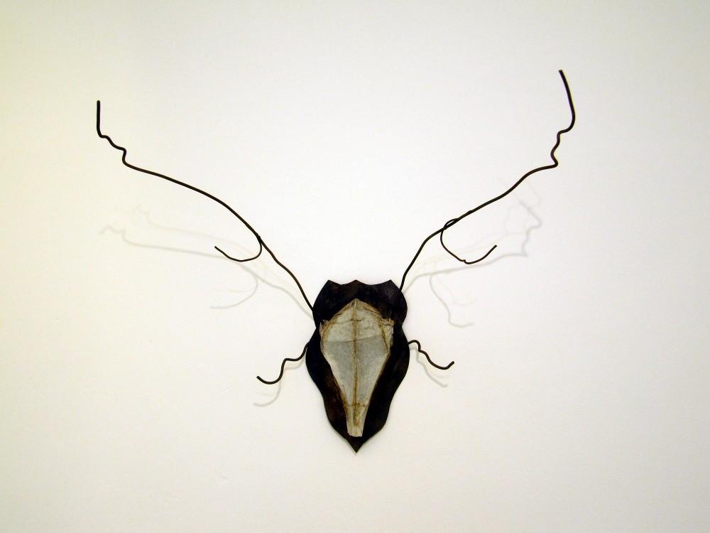 Daniel Kuttner, o.T. 2012, Papier, Eisen, 75 x 85 x 30 cm