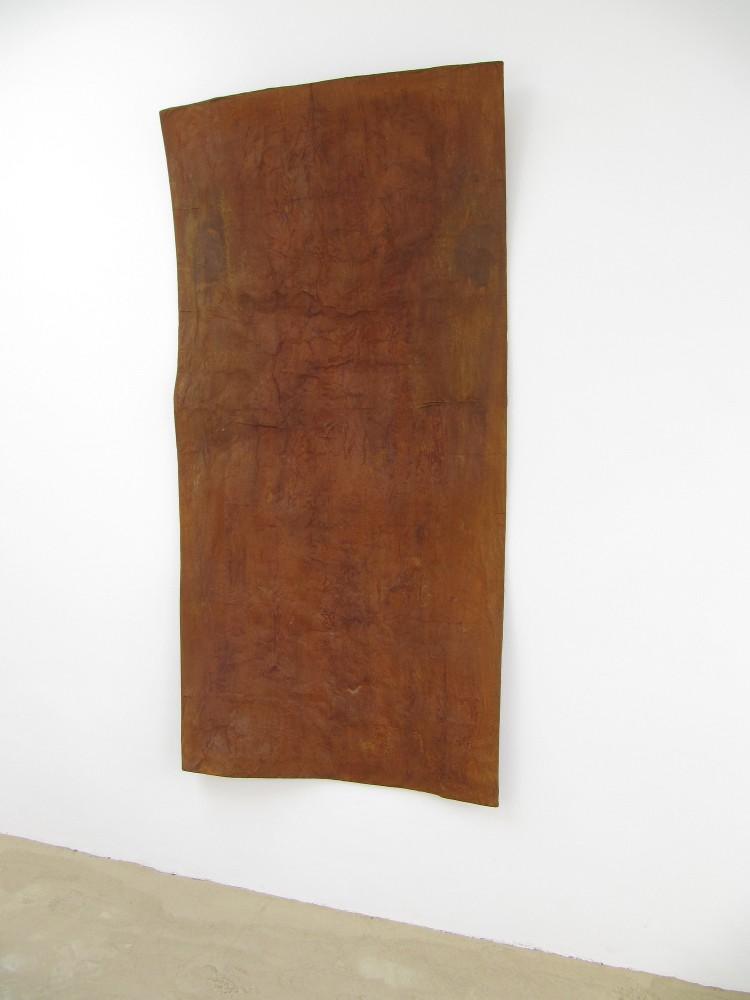Daniel Kuttner, o.T. 2012, Eisen, Papier, Polystyrol, 200 x 100 x 15 cm