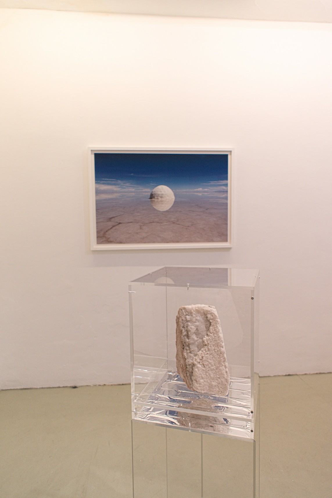 Elina – Pigmentdruck auf Hahnemühle 308g / 87,5 x 126,5 cm / 2015, Fragment of Elina – Salz, Plexiglas, Rettungsdecke / 128 x 40 x 40 cm / 2015