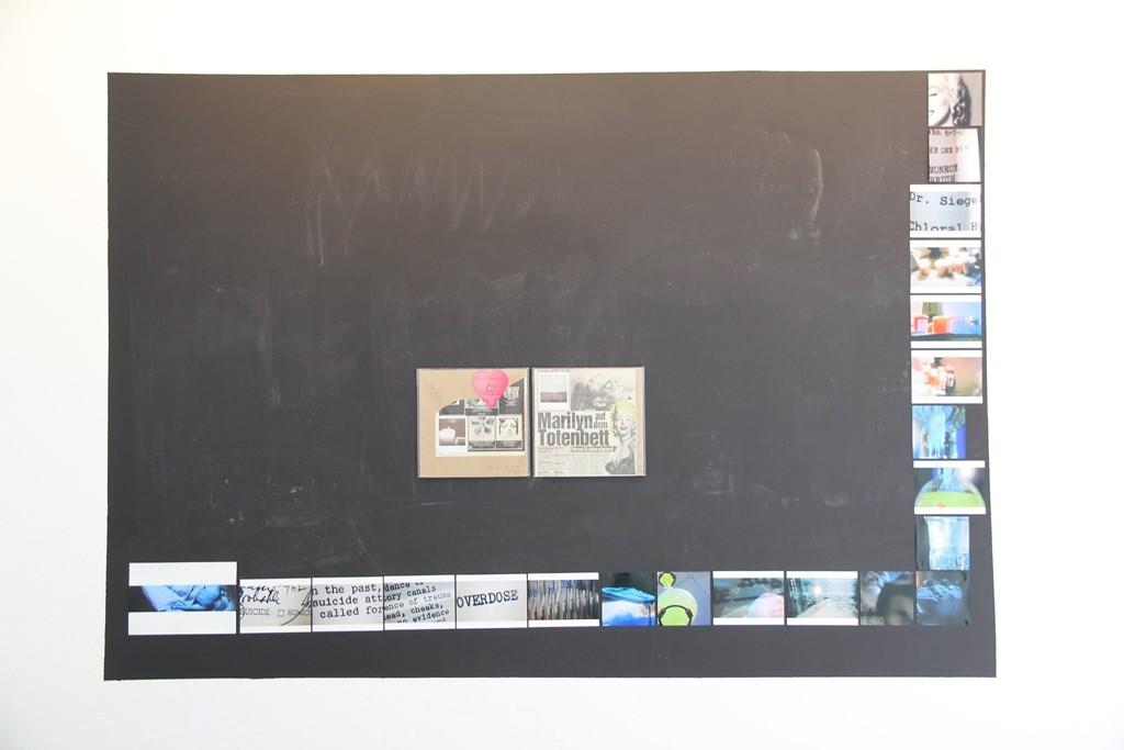 »Marilyn Monroe Memorial«, Schiefertafel, Fotografien, Zeitungsauschnitte, 120 × 160 cm, 2015