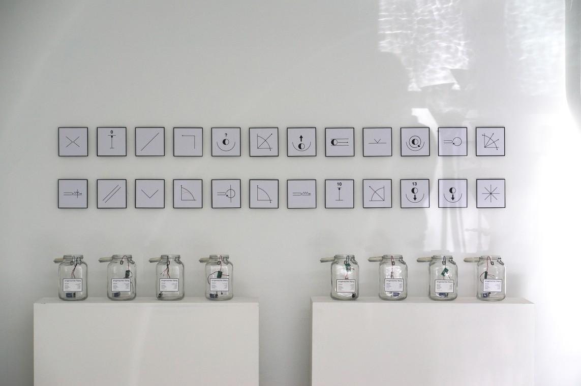 Andreas H.H. Suberg: »Spielanweisungen« / 24 Piktogramme, Computergrafik / je 17 x 17 cm / 2005 und »Eingemachter Klang« / Einmachglas, Elektronik / Auflage 12 / 26 x 15 x 15 cm / 2004/05