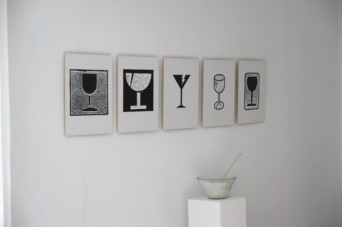 Nikolaus Heyduck: »Fünf Gläser« / Fotokopie-serie / je 50 x 38 cm / 2005 und Andreas H. H. Suberg: »Glasgranulatschüssel« / Mixed Media, Elektronik / 104,5 x 28 x 28 cm / 2005