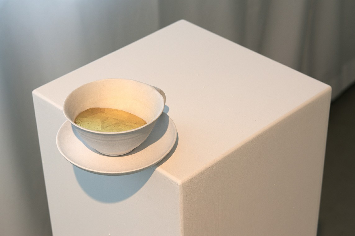 »WYSIWYG (cup of gold)« / Mixed Media, Sockel / 107,0 x 38,0 x 30,0 cm, 2016