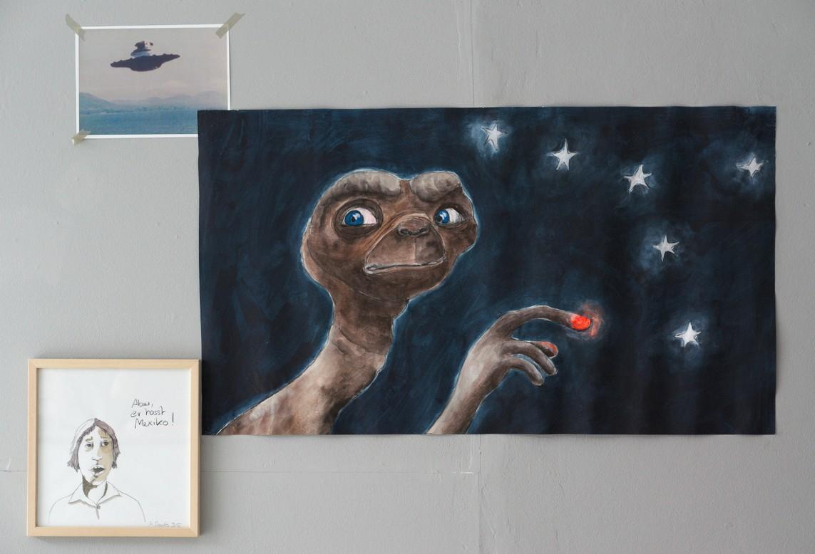Meike Staats – E.T. / Kohlezeichnung, Acryl auf Papier, 60 x 110 cm, 2016 // »Aber er hasst Mexiko!« / Bleistiftzeichnung auf Papier, Aquarell, Tusche, 30 x 30 cm, 2016 // UFO / Bildschirmfoto Ausdruck, 21 x 29,7 cm, 2016