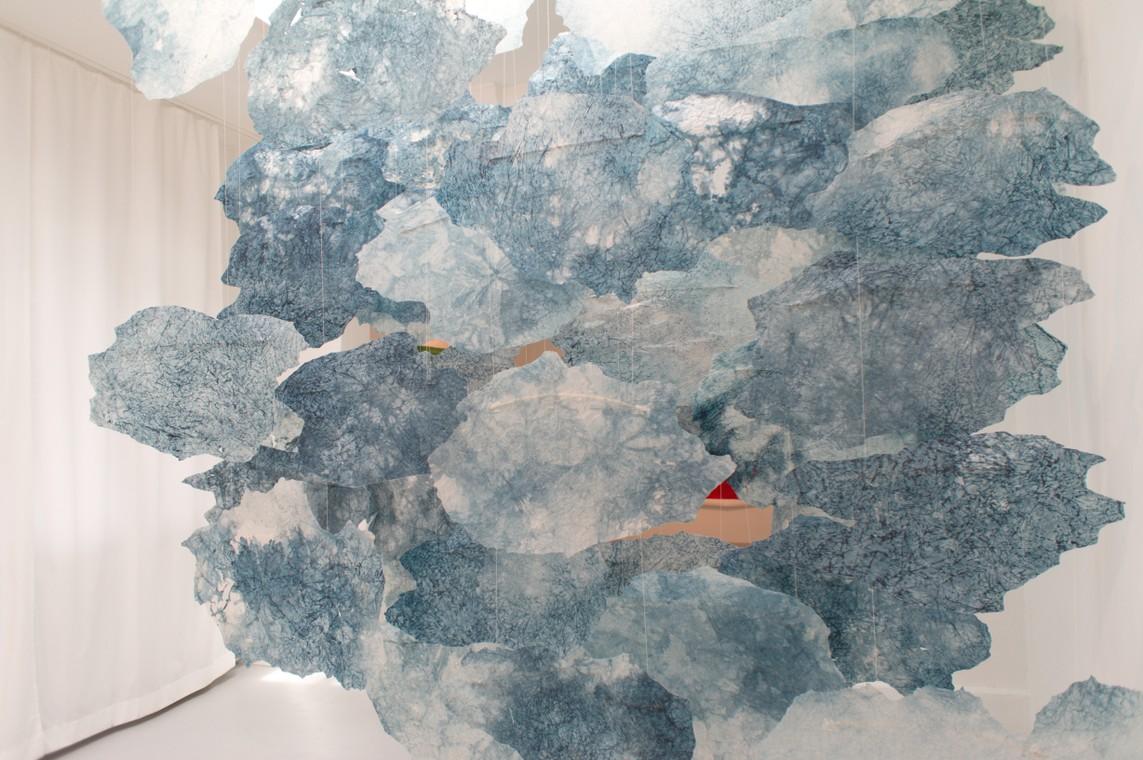»Cumuli« Transparentpapier, Tusche, Mixed Media, 2017, 310 x 250 x 100 cm