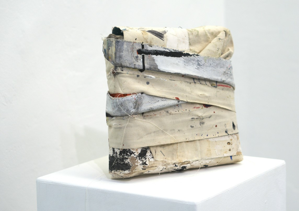 »Life package« 2017, recycelte Leinwand, Klebeband, 24 x 23 x 7 cm