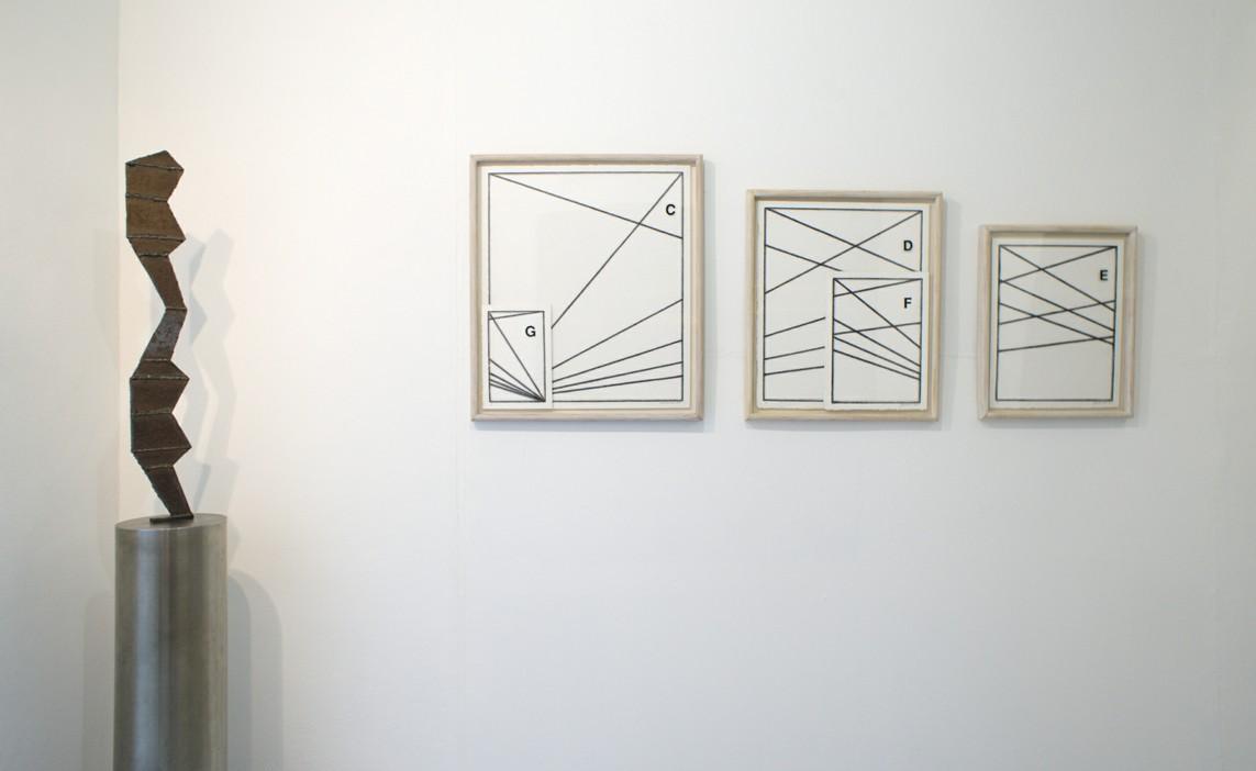 Akt, 2000, Stahl, 95 x 14,5 x 1 cm / Drei Zeichnungen, 2002, Kohle auf Papier, 72 x 62 cm, 62 x 52 cm, 52 x 42 cm
