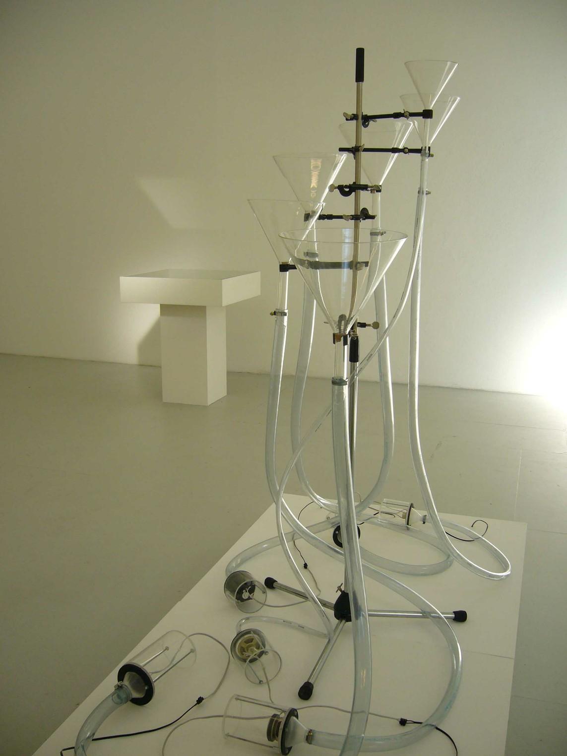 Nikolaus Heyduck und Andreas H.H. Suberg: »Trichterbaum-Infusion« / Mixed Media, Elektronik / 180 x 200 x 100 cm / 2004/05