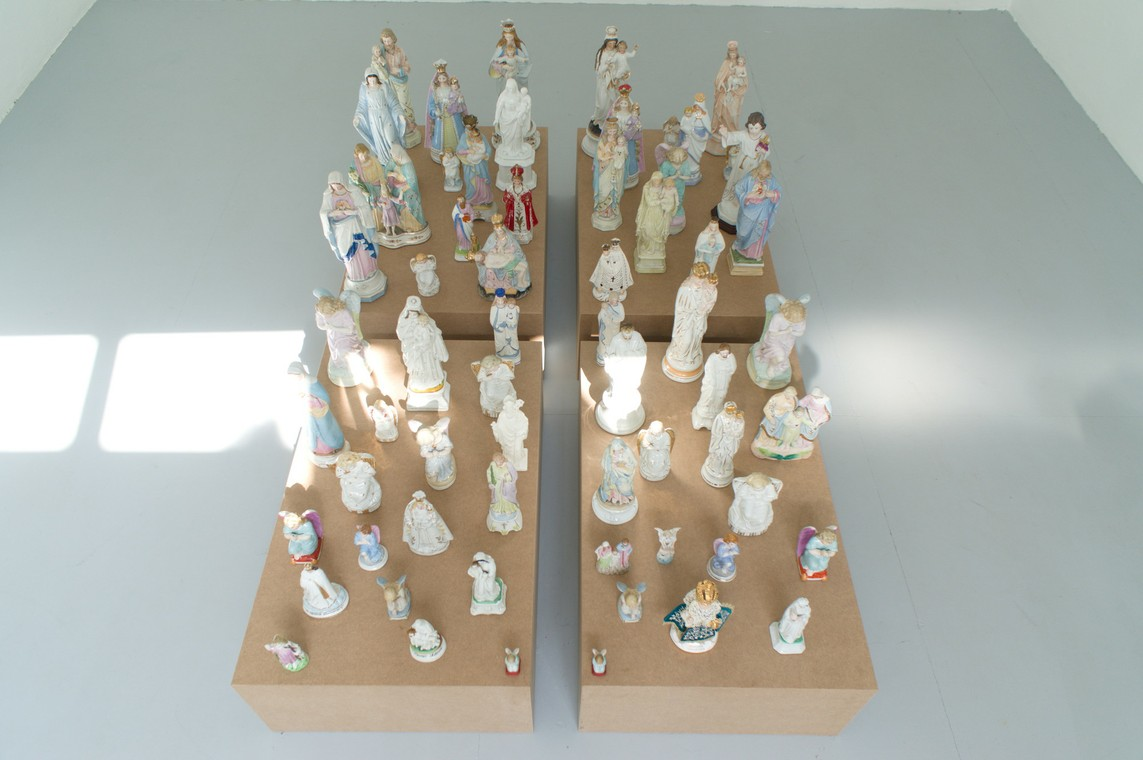 »Porzellan« 4 Sockel, Porzellanfiguren, 64 x 109 x 170 cm, 2017
