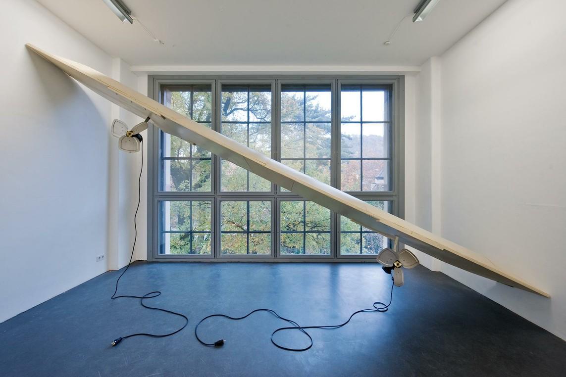 »Aile« Holz, Propeller, Stromkabel, 2012 (Installation für das T66 in Freiburg)