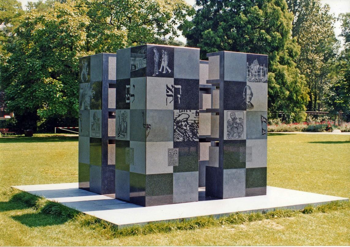"""""""Bildwerk für den Humanisten Johannes Reuchlin"""", Impala-Granit, 250 x 250 x 250 cm, 1994 - 1995 (Pforzheim, Reuchlin Haus)"""